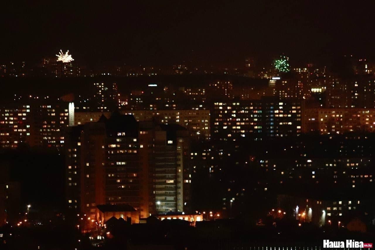 В Минске запускают салюты и фейерверки в честь Дня Воли3