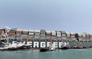 Видеофакт: Гигантский контейнеровоз выводят из Суэцкого канала