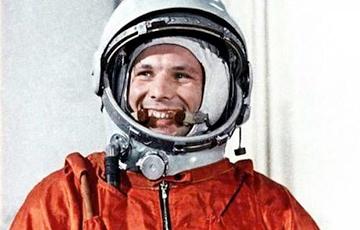 Гагарин смотрит в небо