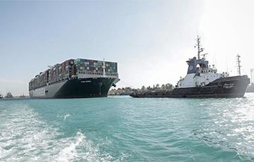 По Суэцкому каналу прошли первые после разблокирования корабли