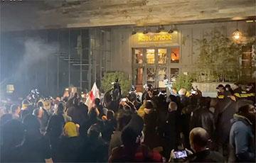 В Тбилиси забросали яйцами отель, где остановился российский журналист Познер0