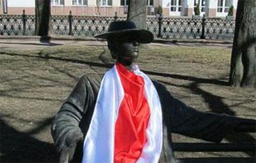Фотофакт: Скульптуры в Михайловском сквере в БЧБ-флагах
