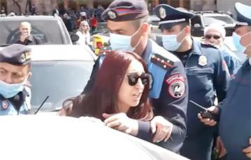 В Ереване сотни женщин пытались прорваться в здание правительства