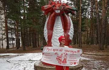 Беларуска правяла акцыю салідарнасці каля знакамітага Змяя Гарыныча ў сталічным Уруччы