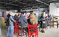 Бунт у Пінску: дзясяткі рабочых занялі будынак крамы з патрабаваннем выплаты заробку