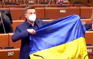 Нардеп Алексей Гончаренко продемонстрировал на сессии ПАСЕ украинский флаг, простреленный российскими пулями