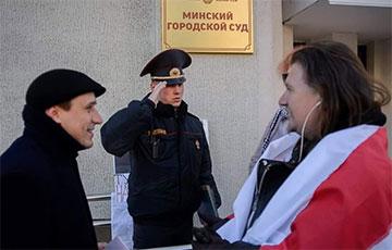 Фотофакт: Милиционер отдает честь героям протестов Павлу Северинцу и Максиму Винярскому