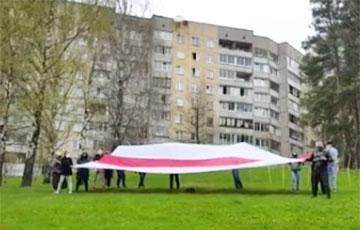 Жители Зеленого Луга вышли на акцию с огромным бело-красно-белым флагом