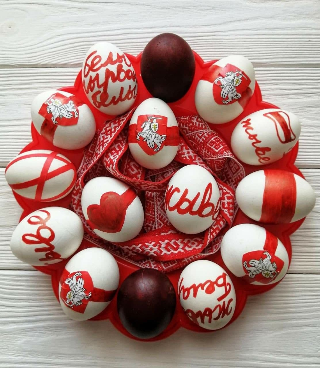 Белорусы готовы праздновать Пасху с бело-красно-белой символикой3