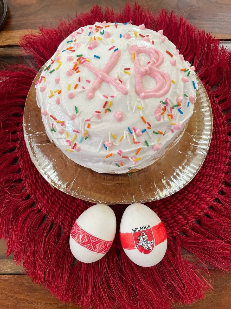Белорусы готовы праздновать Пасху с бело-красно-белой символикой7