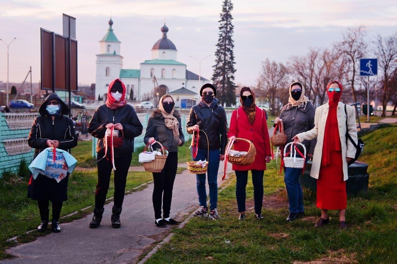 Жители Сеницы идут в церковь с бело-красно-белыми лентами и «Погоней»1