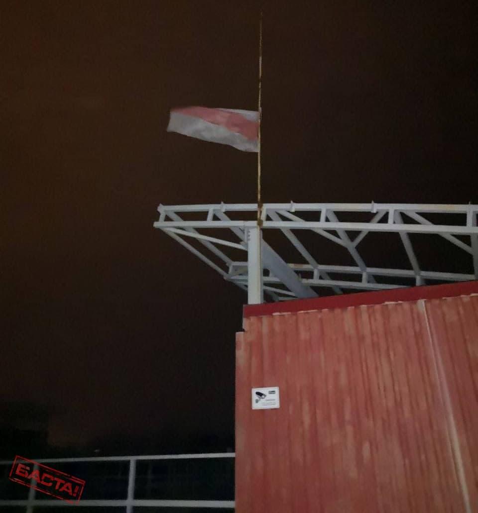 Белорусы украшают свои города национальной символикой и протестными стикерами6