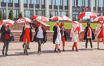 Девушки в бело-красно-белых одеждах вышли на минский проспект