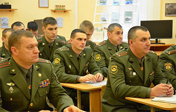 Беларус - лукашэнкавым ваякам: Вы пацярпелі паразу ў баі, вы не змыеце бруд з пагонаў