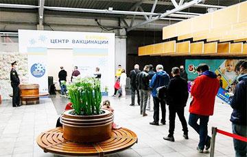Фотофакт: Сколько людей пришло в ТЦ «Экспобел», где бесплатно вакцинируют от коронавируса