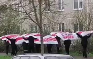 Барановичи вышли на марш с национальными флагами в честь Дня Победы