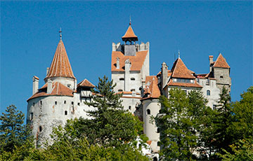 Укол вместо клыка: в Румынии прививки от коронавируса предлагают в замке Дракулы