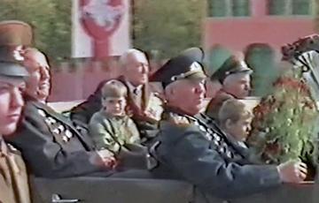 Видеофакт: Ветераны приветствуют гомельчан на фоне «Пагоні» и бело-красно-белого флага