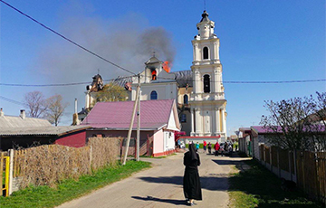 Костел в Будславе горит открытым пламенем