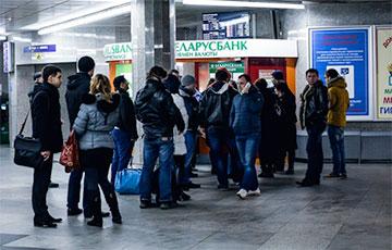 Белорусы скупают валюту уже 17 месяцев подряд