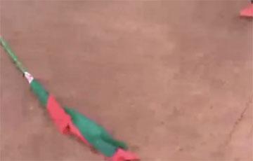 «Ой, нейкія анучы валяюцца»: у Менску вецер сарваў чырвона-зялёны сцяг