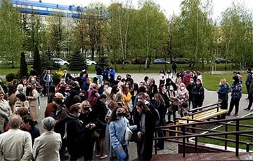 """Hundreds Of People Came To Support Those Involved In """"Students' Case"""" In Minsk"""
