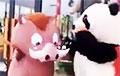 «Кабан» бьет «панду» веником: аниматоры устроили уличную драку, не сняв костюмы