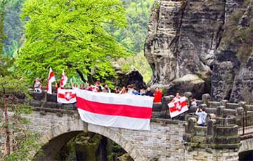 Как белорусы под бело-красно-белыми флагами покорили вершины Саксонской Швейцарии