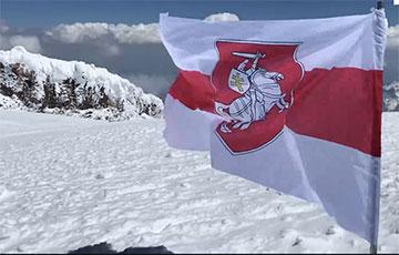 Видеофакт: Бело-красно-белый флаг над вершиной Эльбруса