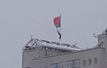 В Минске ветер сначала разорвал, а затем и сорвал красно-зеленый флаг с крыши дома
