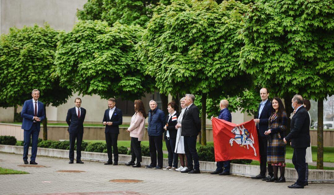 Еще в одном литовском городе подняли национальный флаг Беларуси2