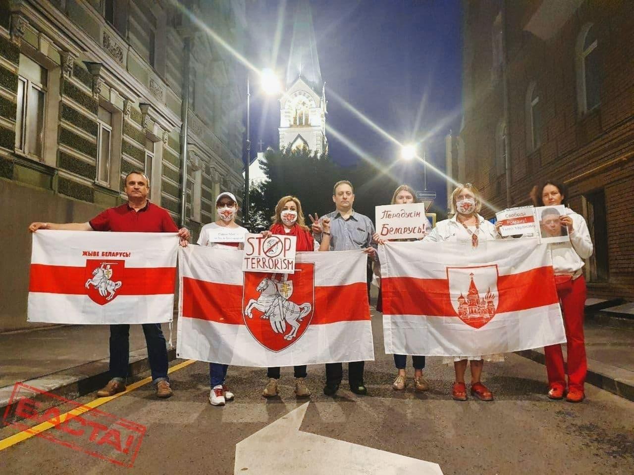 Более 200 человек собралось на площади в Амстердаме, чтобы поддержать белорусов2