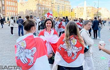 Более 200 человек собралось на площади в Амстердаме, чтобы поддержать белорусов0