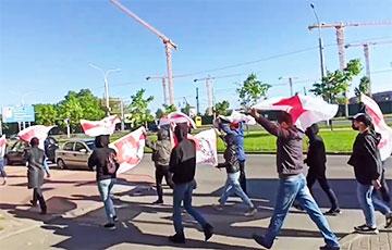 Минчане с бело-красно-белыми флагами прошли колонной по Партизанскому проспекту