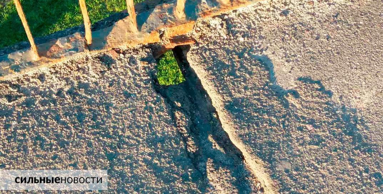 Ржавая арматура, куски бетона на земле, трещины в асфальте: что происходит с мостами в Гомеле1