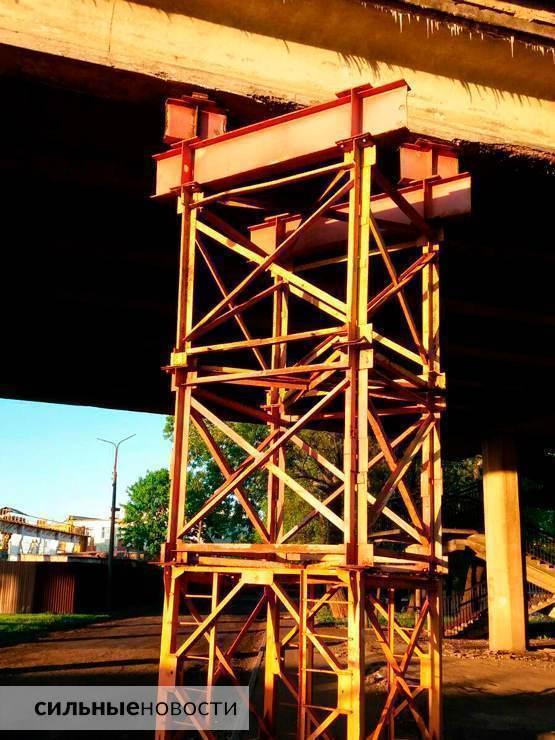 Ржавая арматура, куски бетона на земле, трещины в асфальте: что происходит с мостами в Гомеле4