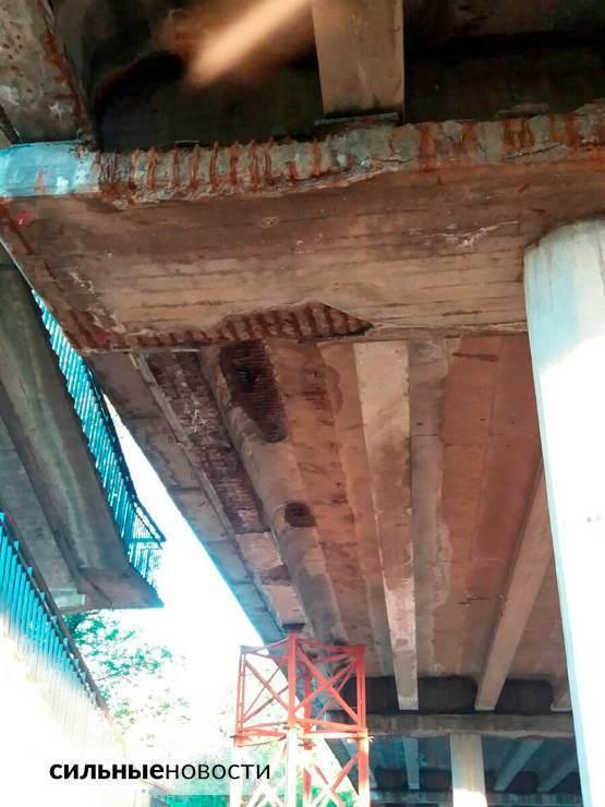 Ржавая арматура, куски бетона на земле, трещины в асфальте: что происходит с мостами в Гомеле5