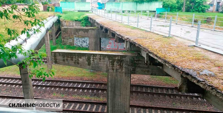 Ржавая арматура, куски бетона на земле, трещины в асфальте: что происходит с мостами в Гомеле6