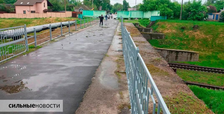 Ржавая арматура, куски бетона на земле, трещины в асфальте: что происходит с мостами в Гомеле7
