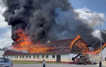В Ратомке — сильный пожар: черный дым виден из Минска