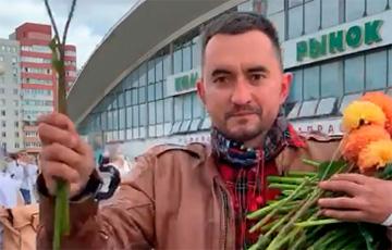 Видеофакт: Степан Латыпов раздает цветы протестующим девушкам
