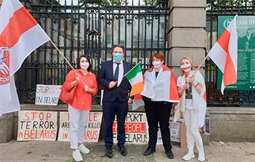 Белорусы провели пикет солидарности перед парламентом Ирландии
