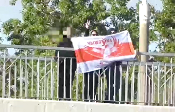 Жители Чижовки вышли на яркую акцию с бело-красно-белым флагом0