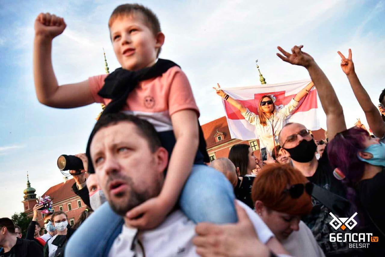 Сотни белорусов собрались в центре Варшавы2