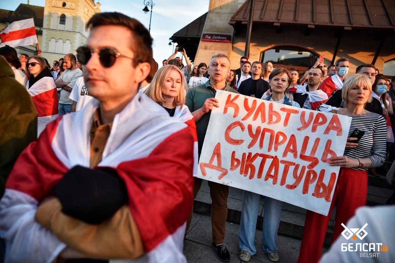 Сотни белорусов собрались в центре Варшавы1