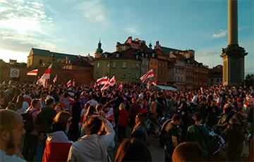 Сотни белорусов собрались в центре Варшавы0