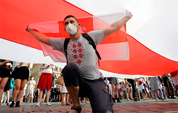 В Праге на акцию солидарности с Беларусью пришли сотни людей