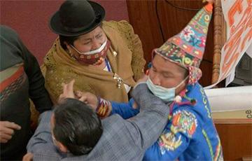 В парламенте Боливии депутаты устроили драку с борьбой на полу0