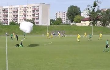 В Польше парашютист приземлился на футбольном поле прямо во время матча