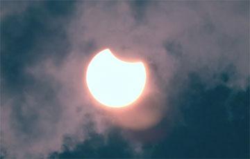 Каким белорусы увидели редкое солнечное затмение